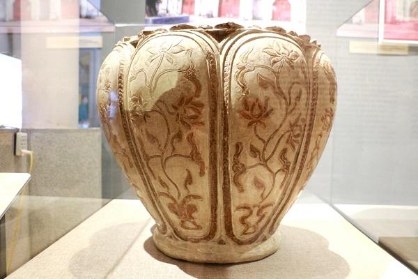 gốm sứ tráng men tinh xảo thể hiện sự phát triển kinh tế và văn hóa thời trần