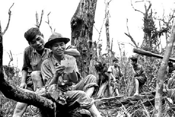 những đứa con trong gia đình và rừng xà nu và hình ảnh nhân vật Chiến và Việt