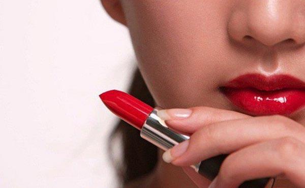 son môi chính là một trong những dụng cụ trang điểm cần thiết và quan trọng