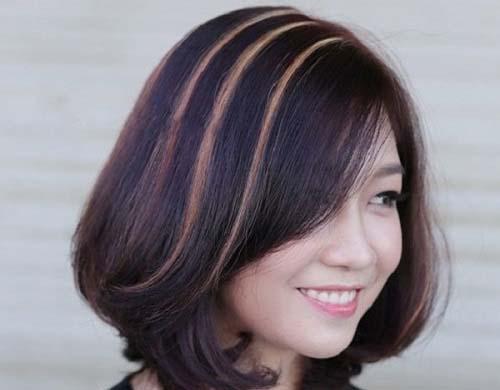 tóc xoăn ngang vai kiểu highlight