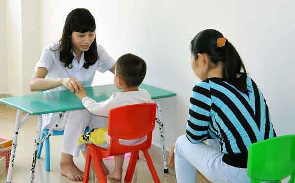 trẻ tự kỷ là gì và cách điều trị cho trẻ phổ tự kỷ