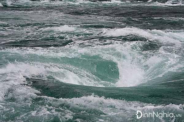 phân tích hình tượng sông đà qua vẻ đẹp dữ dằn và hung bạo