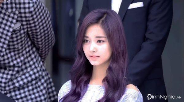 phong cách nhuộm tóc màu tím đen