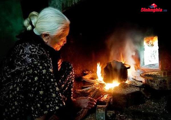 phân tích hình ảnh người bà trong bếp lửa
