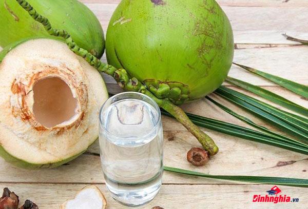 sốt xuất huyết có được uống nước dừa không