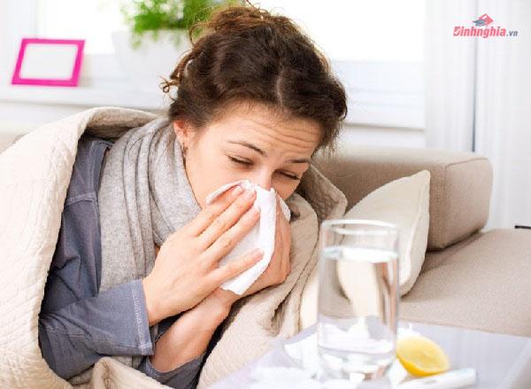 ho và ngạt mũi là những biểu hiện điển hình khi bị cảm lạnh