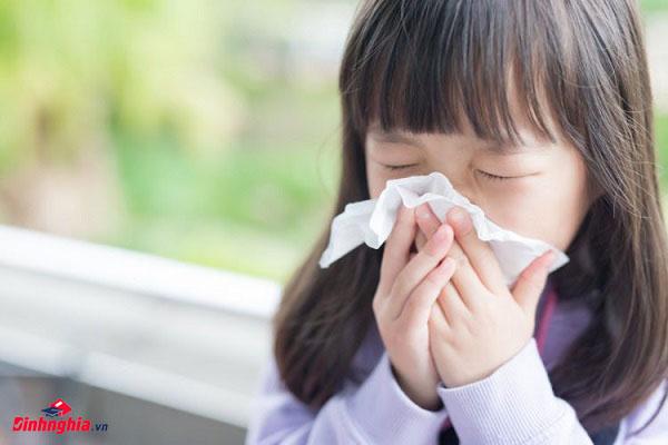 khi trẻ bị cảm lạnh cần đặc biệt chú ý để điều trị kịp thời